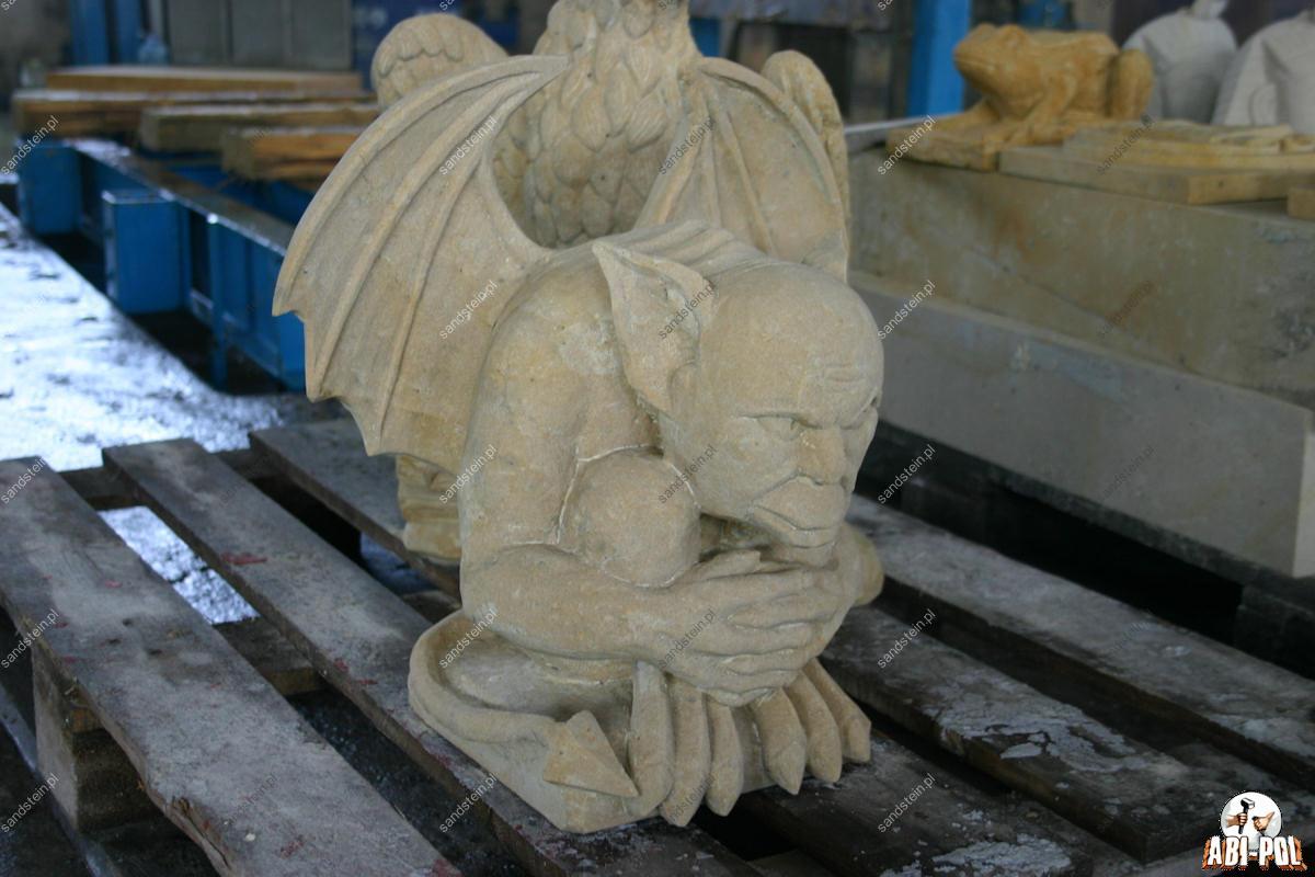 Skulptur aus sandstein knielende frau for Figuren aus sandstein